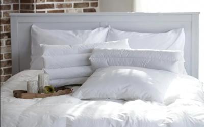 Alege un set cu pilota si perne cu puf pentru un dormitor primitor